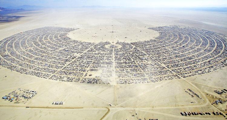 Стразы в фестивальных костюмах и на теле участников Burning Man с высоты птичьего полета.